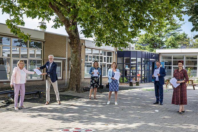 Ondertekening van de overeenkomst voor de realisatie van het Huis van de Buurt in Honselersdijk.