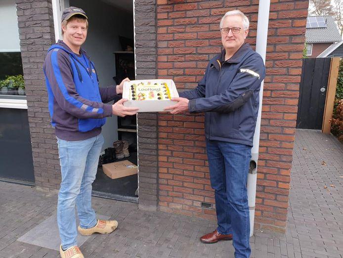 Vinder Bart van Ee krijgt een taart.