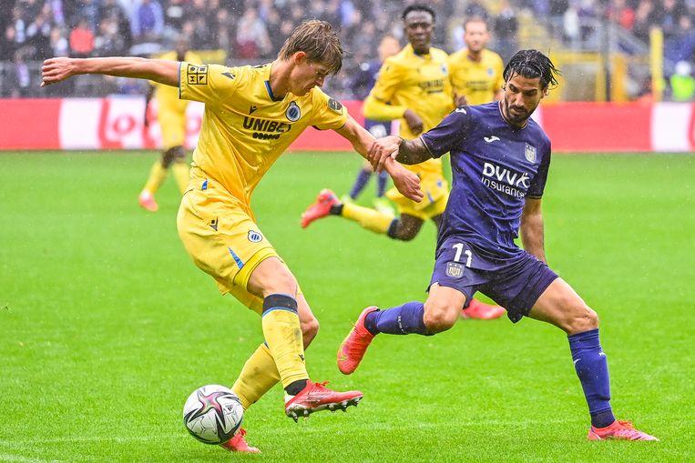 Lior Refaelov van Anderlecht jaagt op Club Brugges Charles De Ketelaere. De Belgische clubs spelen veertig competitieduels plus de beker. Beeld BELGA