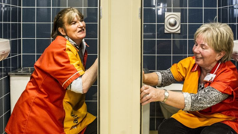Bertina Bonder (links) samen met een collega aan het werk op de Universiteit Twente. Beeld Koen Verheijden