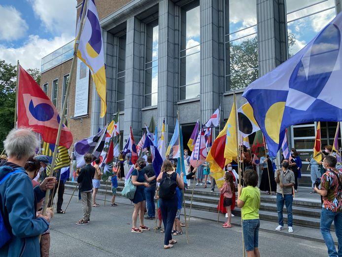 Er werd met vlaggen gezwaaid om zichtbaarheid te geven aan de vluchtelingencrisis.