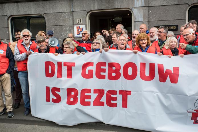 partijkantoor VVD wordt bezet door FNV leden die protesteren tegen pensioenplannen van de regering   foto: ARIE KIEVIT