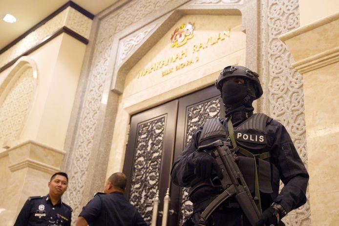 Politie houdt de wacht bij een rechtszaal in een rechtbank in Putrajaya, Maleisië.