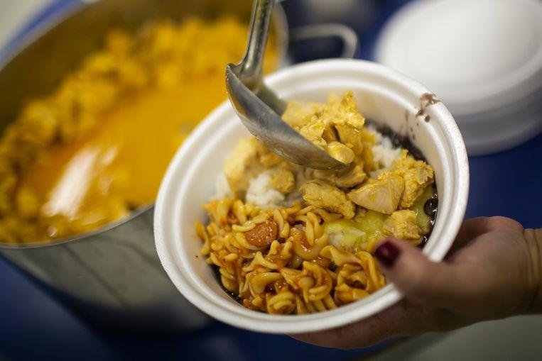 Een maaltijd voor daklozen in Rio De Janeiro. Beeld Getty Images