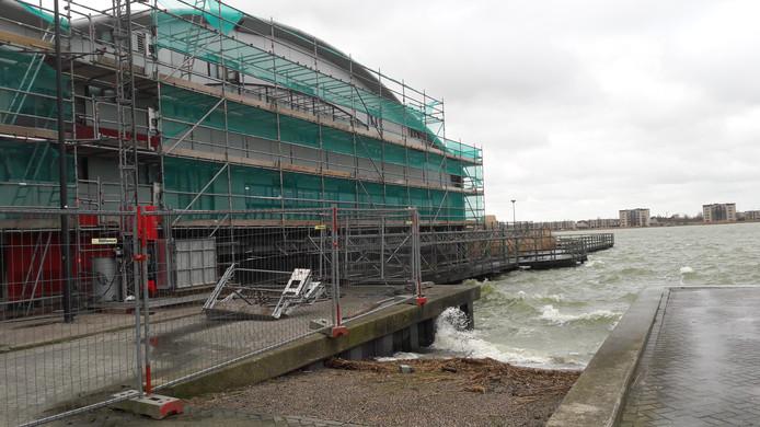 Bij zwembad De Schelp in Bergen op Zoom raakte zondag door de storm steigermateriaal los, maar aannemersbedrijf De Kok greep snel in.