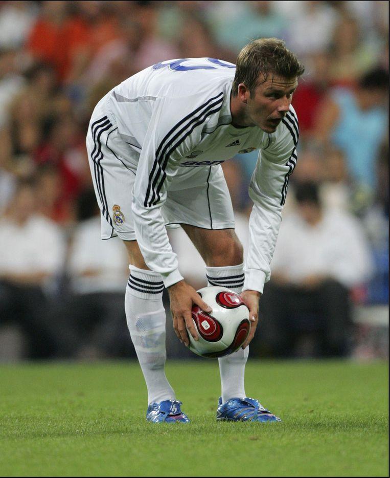 Beckham legt de bal klaar voor één van zijn vele vrije trappen Beeld PHOTO_NEWS