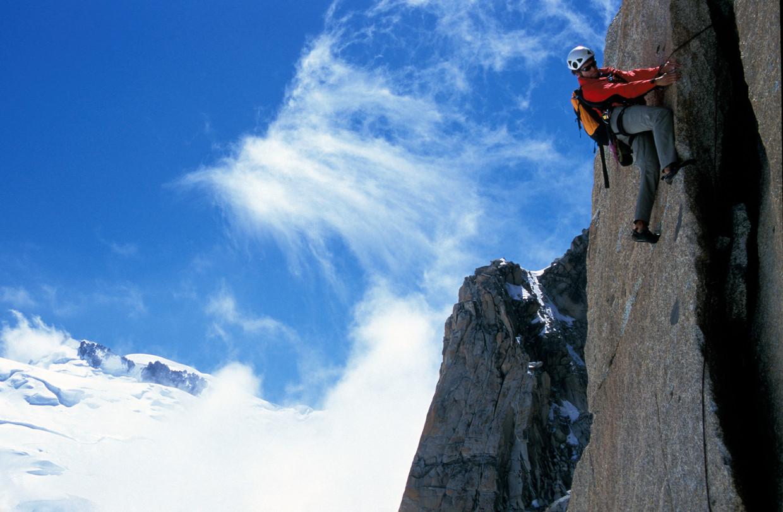 Berggids Martijn Schell op de zuidwand van de Aiguille du Midi in het Mont Blanc-massief, een van de klimroutes uit het onderzoek.