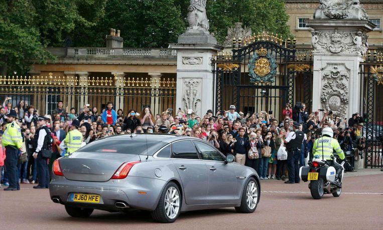 Cameron komt aan op Buckingham Palace om zijn ontslag in te dienen. Beeld REUTERS