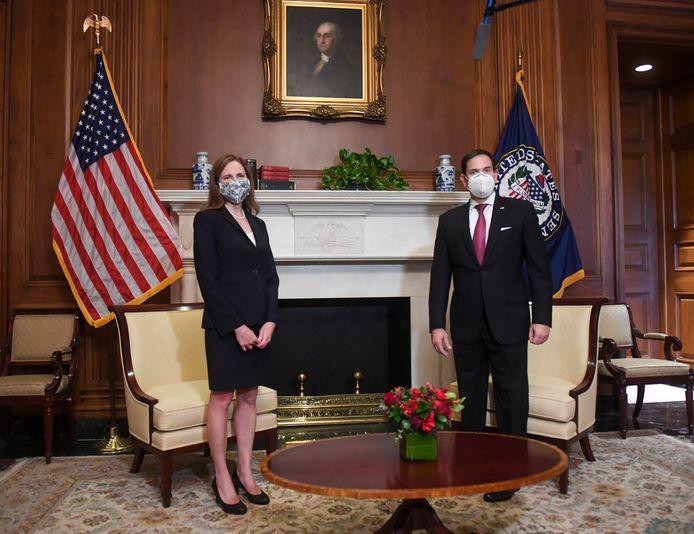 Rechter Amy Coney Barrett met de Republikeinse senator Marco Rubio in het Capitool woensdag.