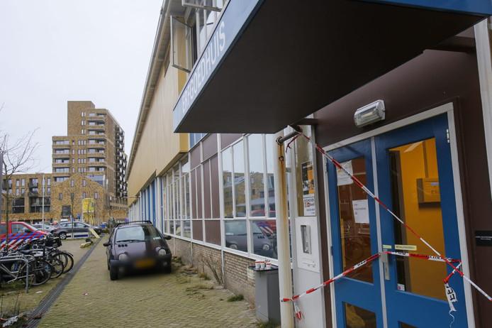 Het Erfgoedgebouw is afgezet met linten.