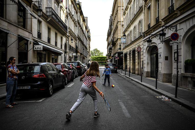 Kinderen spelen op straat in Parijs. Beeld AFP