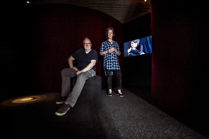 Makers Henk Westerhof en Hilly Withaar in de installatie Piëta die vanaf zaterdagvandaag drie weekeinden te zien is in Kunsthuis Wijchen.