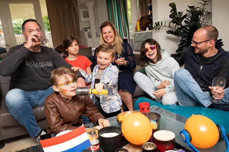 Die-hard fan Daniëlle Woestenberg kijkt thuis met haar vrienden en de kinderen naar het songfestival. Beeld Ton Toemen