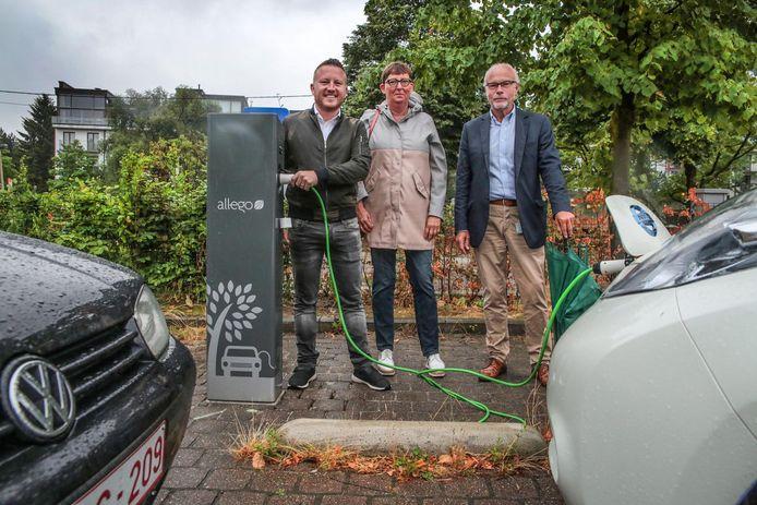 Schepen Axel Weydts en Marijke Rabaut en Geert Peelaers van Eandis bij de laadpaal op de parking Broeltorens.