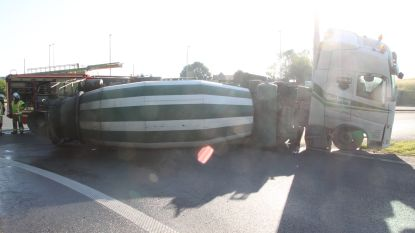 Nog maar eens ongeval op E17:  gekantelde betonmixer verspert oprit