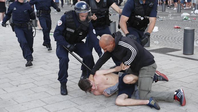 De Nederlandse hoogleraar psychologie Jan Derksen vindt dat hooligans elkaar maar moeten aftuigen op een vechtveld.