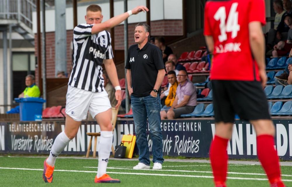 Arno Arts (midden) afgelopen seizoen langs de kant als trainer van Achilles'29. Trainersvakbond CBV vraagt namens de coach het faillissement van de Groesbeekse voetbalclub aan.