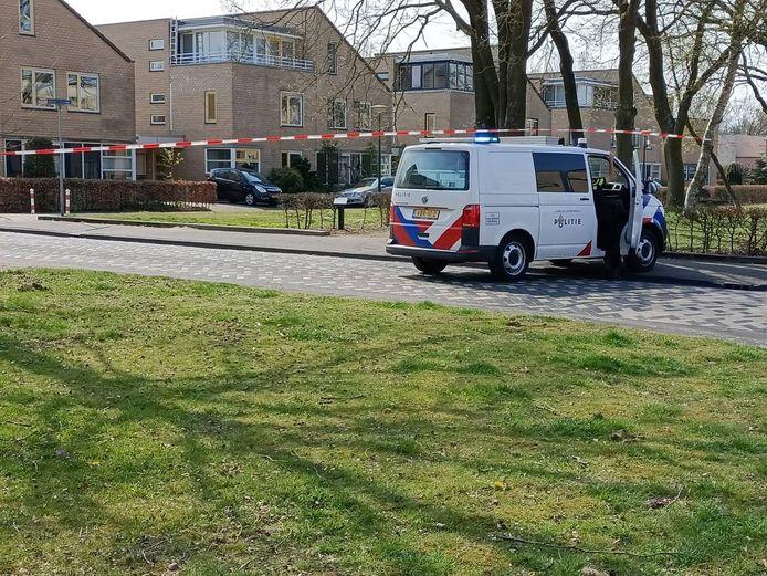 Politie aan de Luxemburgstraat in Hengelo, waar een school is ontruimd na een anonieme melding.