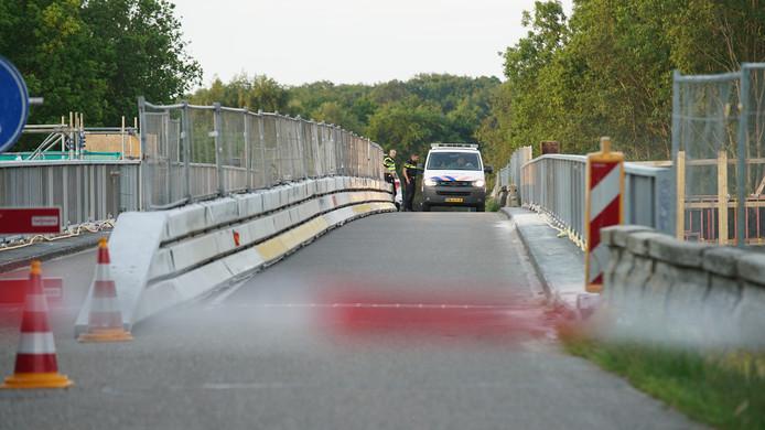 De politie heeft het viaduct over de A1 afgesloten voor onderzoek.