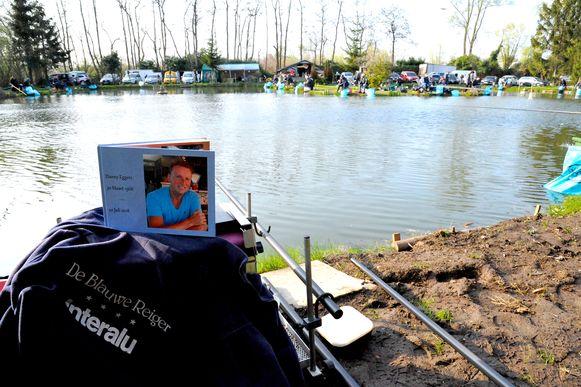 Danny Eggers' rouwkaartje aan het meer van de visclub 'De Blauwe Reiger'.