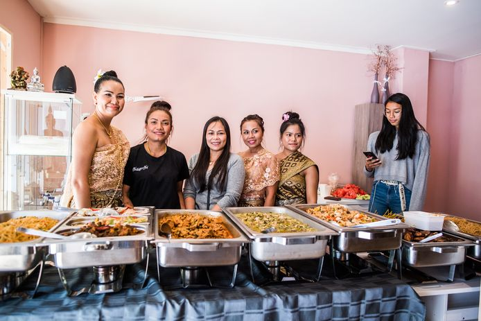 Een rijke dis staat klaar voor de gasten. Voorbijgangers en buren worden spontaan uitgenodigd om een hapje mee te eten.