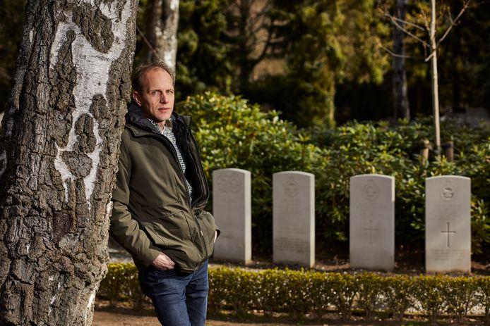 Robert Ellenkamp op de plek waar de geallieerden in Vorden liggen begraven. ,,De gesneuvelde geallieerden moeten letterlijk een gezicht krijgen, door een mooie foto bij hun graf.''