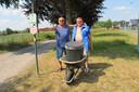 Gino Nuyttens en Luc Vroman keken naar het BK langs de Elf Juli-Singel en hadden speciaal een kruiwagen gekoeld bier en frisdrank mee.