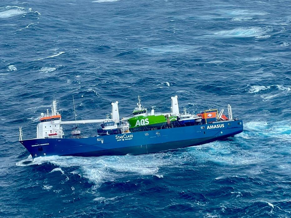 Het groene serviceschip van AQS sloeg of gleed vermoedelijk gisteravond van het dek van de Eemslift Hendrika.