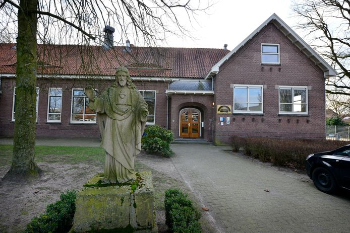 Het gebouw van de Alexanderschool aan Ootmarsumsestraat in Denekamp gaat waarschijnlijk onderdeel uitmaken van een cluster scholen.