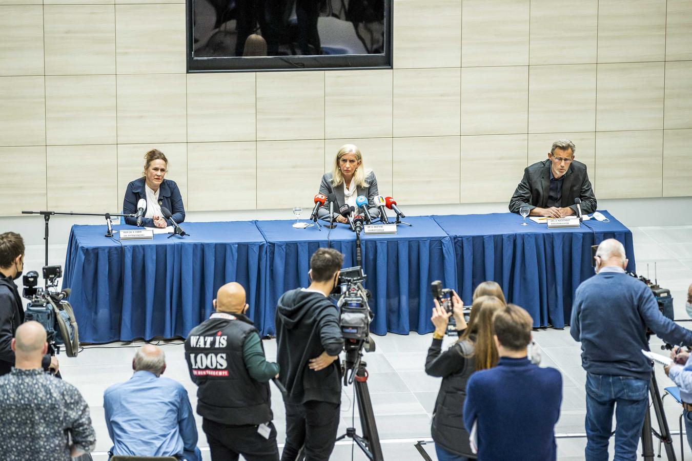 Dr. Helen Mertens (M, voorzitter Raad van Bestuur) en prof. dr. Karin Faber (L, directeur Pati'ntenzorg) staan de pers te woord over het overlijden van twee patienten van de longafdeling van ziekenhuis MUMC+ na het uitvallen van de stroom aldaar.