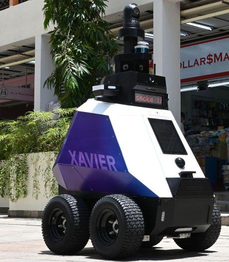 Robots patrouilleren door straten van Singapore en wijzen inwoners terecht