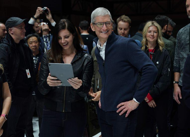 Apple-CEO Tim Cook en zangeres Lana Del Rey met de nieuwe iPad Pro.