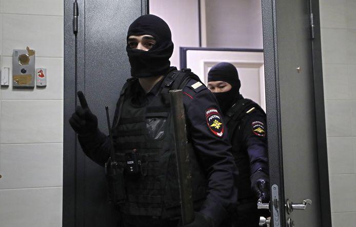 Politie aan de flat van Navalny in Moskou.