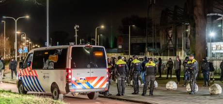 Harde kern Willem II houdt wacht in Tilburg: 'Dit is onze stad en die laten we niet vernielen'