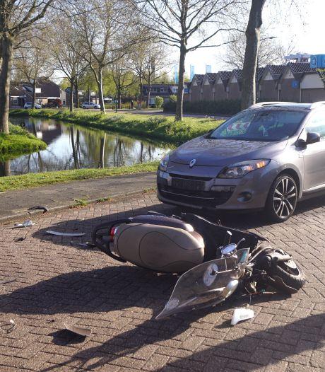 Bestuurster van scooter gewond geraakt bij aanrijding met auto in Bunschoten