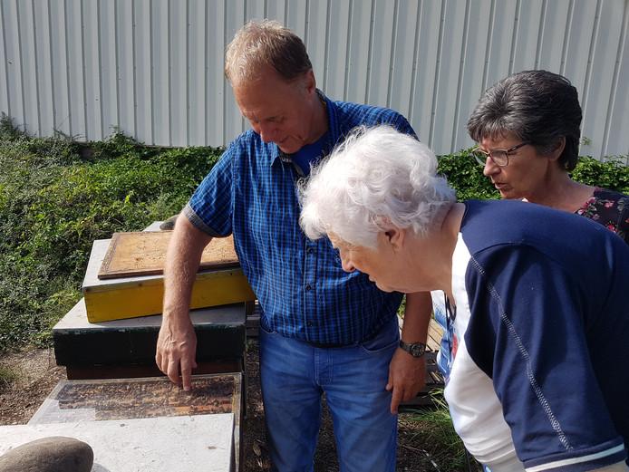 Imker Aad de Ruijter toont zijn bijen aan belangstellende bezoekers in Standdaarbuiten, tijdens de kunst- en cultuurroute Moerdijk