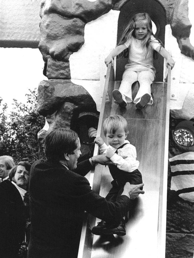 Prins Claus helpt zijn zoontje Prins Constantijn bij het glijden van de glijbaan op de Floriade in 1972. Beeld ANP