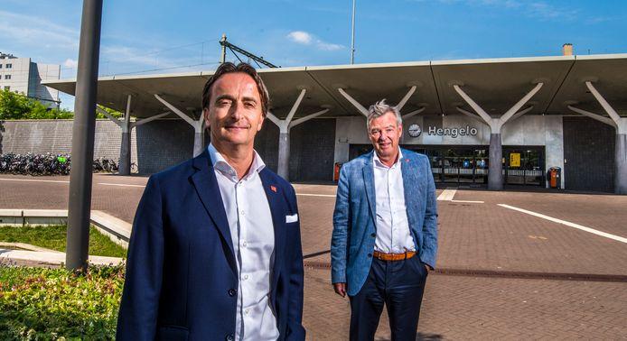 Victor-Jan Leurs en Wim Boomkamp bij station Hengelo.