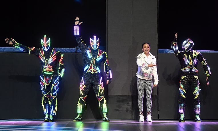 LAS VEGAS, NV - JANUARY 08:  Members of Zero Gravity Arts wearing custom-engineered LED costumes and data dancer Sophie Santella (3rd L) perform before a keynote address by Intel Corp. CEO Brian Krzanich at CES 2018 at Park Theater at Monte Carlo Resort and Casino in Las Vegas on January 8, 2018 in Las Vegas, Nevada. CES, the world's largest annual consumer technology trade show, runs from January 9-12 and features about 3,900 exhibitors showing off their latest products and services to more than 170,000 attendees.  (Photo by Ethan Miller/Getty Images) Beeld Getty Images