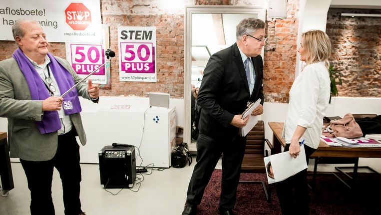50Plus partijleider Henk Krol (midden) vrijdag in gesprek met de Amsterdamse lijsttrekker Ellen Schutten. Beeld null