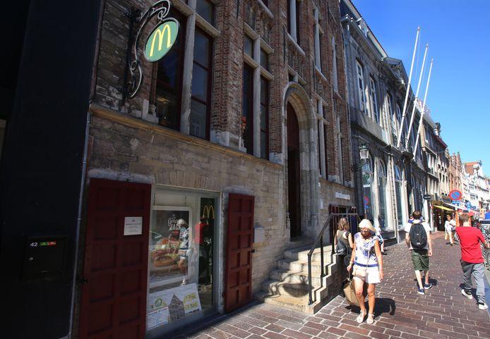 McDonald's in de Brugse Steenstraat: het stadsbestuur kon de aanvraag destijds niet weigeren, hoewel het de fastfoodketen er liever niet zag komen.