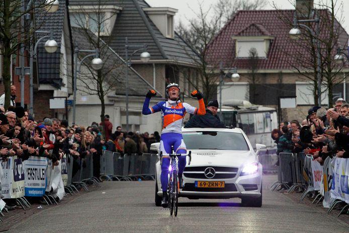 In het shirt van het toenmalige Rabobank Development Team wint Dylan van Baarle de Dorpenomloop Rucphen in 2013.