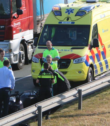 Motorrijder knalt op remmende auto en raakt gewond op Wippolderlaan