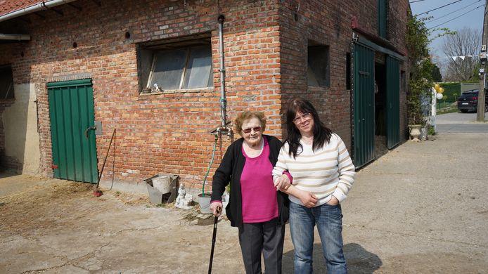 Samen met dochter Ariëlle die in een aanpalend huis woont op het erf.