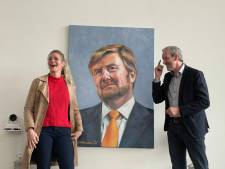Portret Willem-Alexander in Rhenense raadzaal weer up-to-date: de koning heeft nu een baard