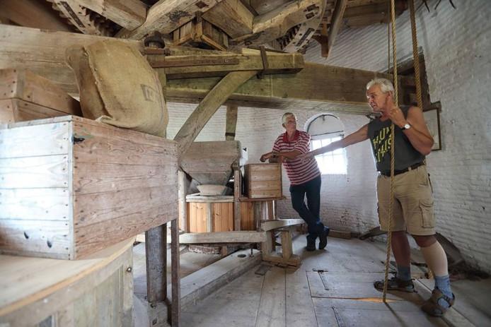 Molenaar Lodie Baauw (rechts) kan veel over De Vos vertellen. foto chris van klinken/pix4profs