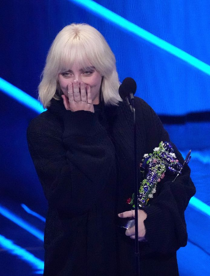 Billie Eilish avec son prix.