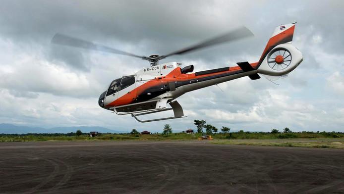 Een Thaise reddingshelikopter tijdens de zoektocht naar de vermiste alpinisten.