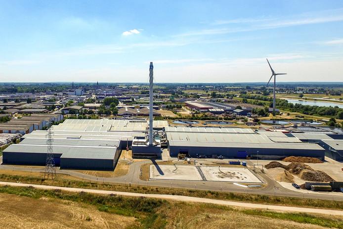 De huidige pijp van 85 op industrieterrein De Mars in Zutphen. Als het aan slibverwerkingsbedrijf GMB ligt wordt deze schoorsteen nog dit jaar vervangen voor een hoger exemplaar van 125 meter.