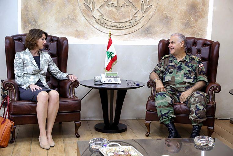 2016: Hester Somsen, toen nog als ambassadeur in Libanon, in gesprek met generaal Kahwagi. Beeld www.lebarmy.gov.lb